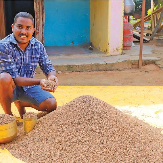 ரத்தசாலி நெல்லுடன் விக்டர் ஜேம்ஸ் ராஜா