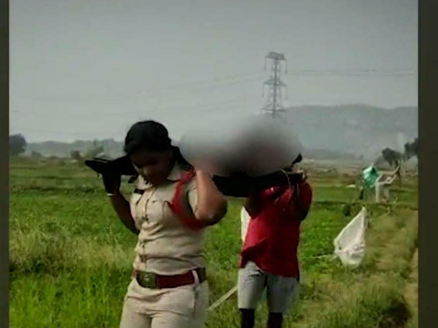 ஆந்திரா: ஒதுங்கிய மக்கள்... சடலத்தைத் தூக்கிக்கொண்டு 1 கி.மீ நடந்தே சென்ற பெண் உதவி ஆய்வாளர்!