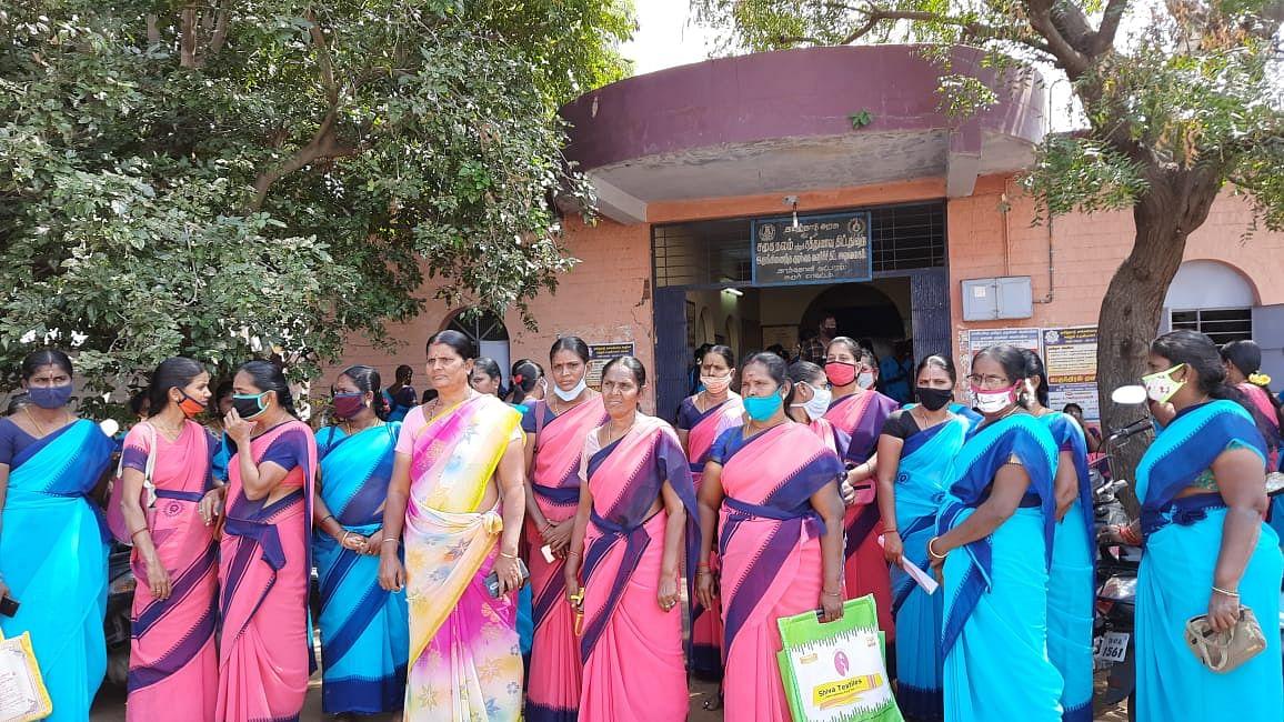 தர்ணா போராட்டத்தில் அங்கன்வாடிப் பணியாளர்கள்