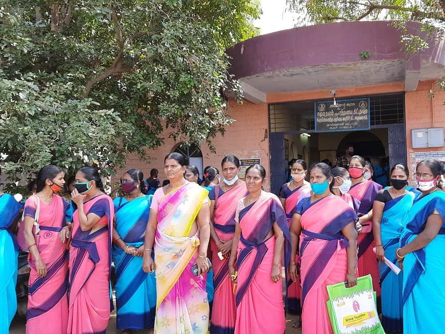 கரூர்:`தடுப்பூசி போட கட்டாயப்படுத்துகிறார்கள்!' - அங்கன்வாடிப் பணியாளர்கள் தர்ணா