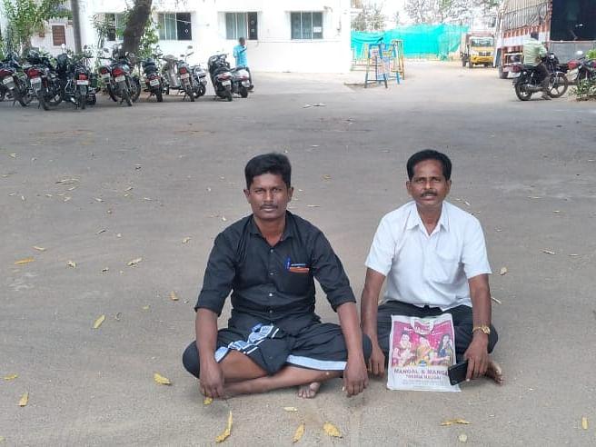 கரூர்: 3 மணி நேரம் தர்ணா; பணிந்த அதிகாரிகள் - மயானம் கேட்டு கிராம மக்களின் தொடர் போராட்டம்!