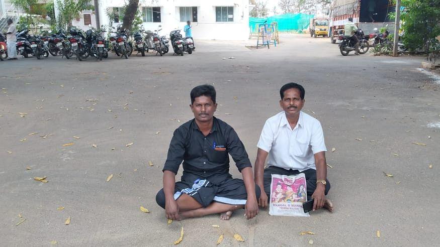 தர்ணா போராட்டத்தில் முத்துச்செல்வன், பாலசுப்ரமணி