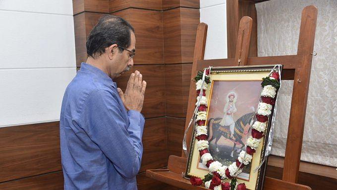 சத்ரபதி சிவாஜிக்கு மரியாதை செய்யும் உத்தவ் தாக்கரே