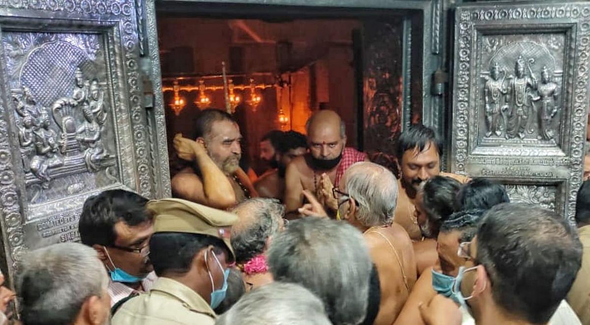 கருவறை வாயிலில் விஜயேந்திரர்.