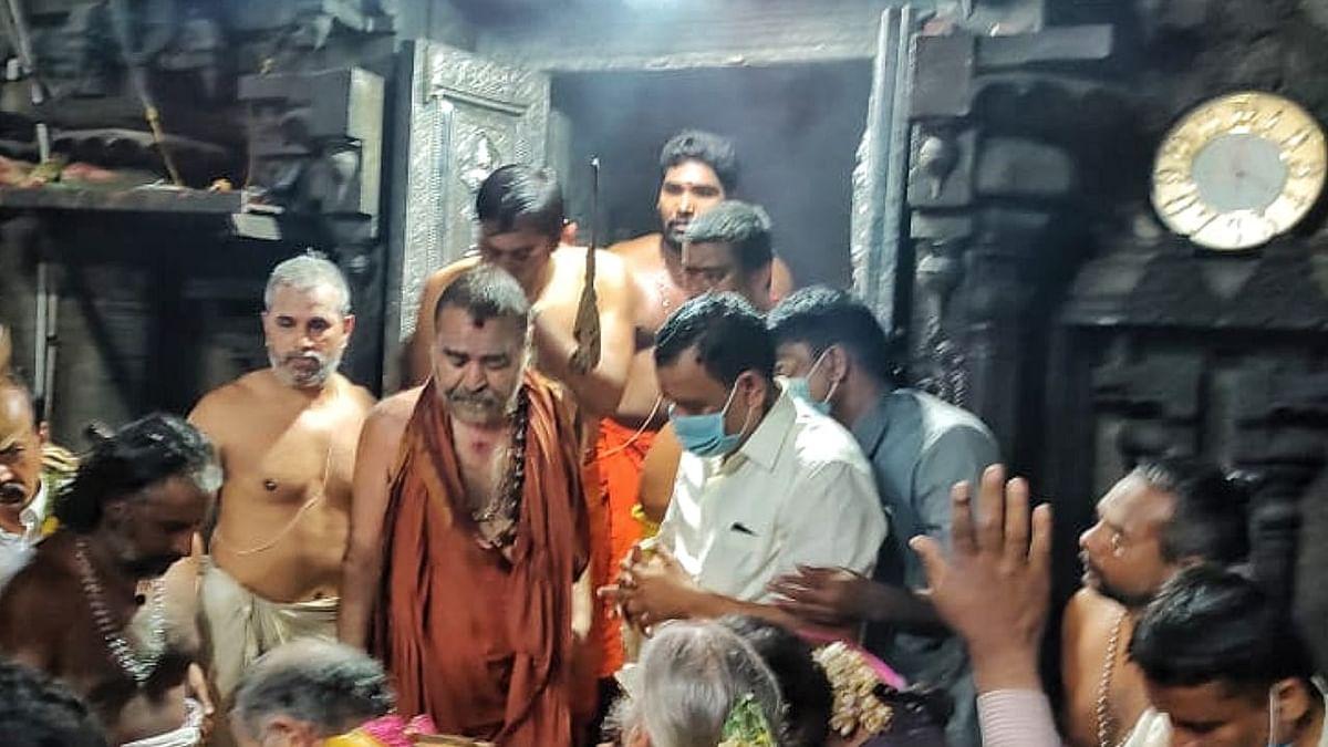 அம்மன் சந்நிதியில் விஜயேந்திரர்.