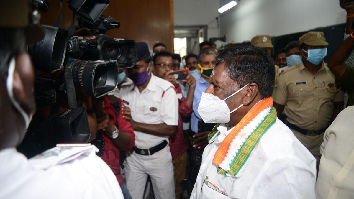 சட்டப்பேரவையிலிருந்து வெளியேறும் முதலமைச்சர் நாராயணசாமி