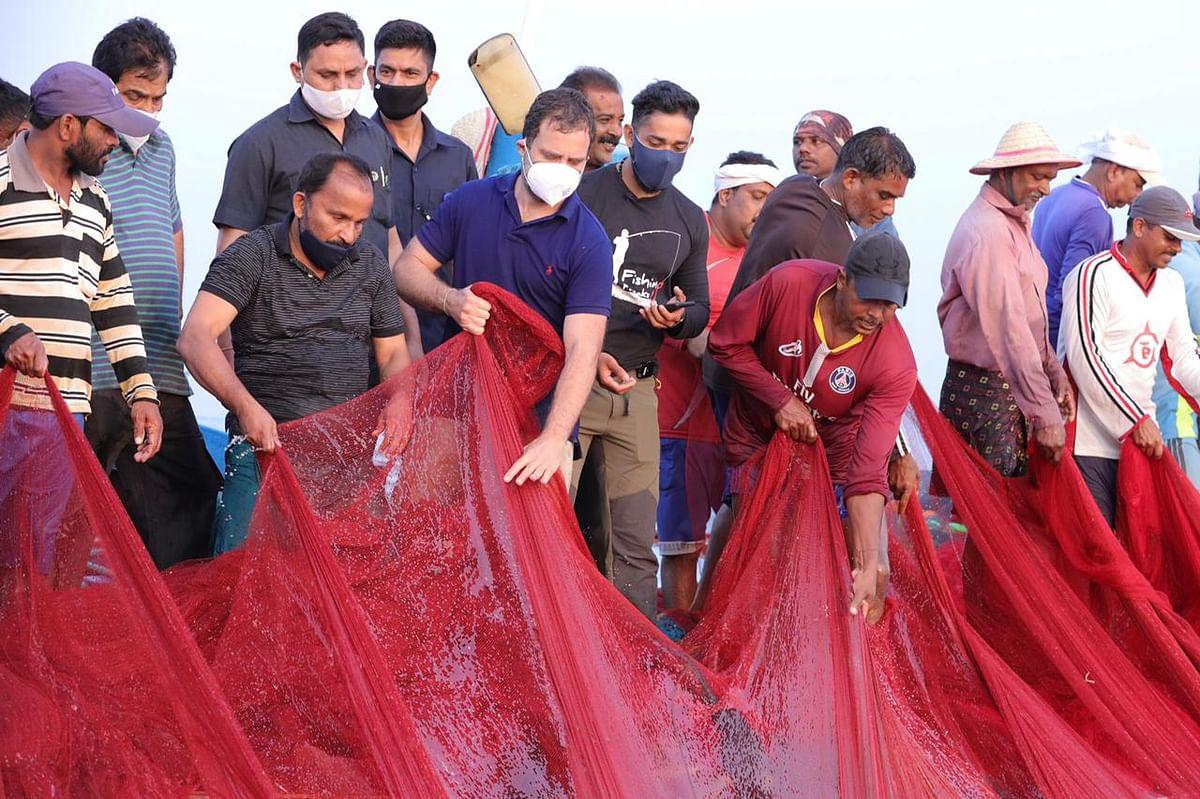 மீனவர்களுடன் வலையை இழுக்கிறார் ராகுல் காந்தி