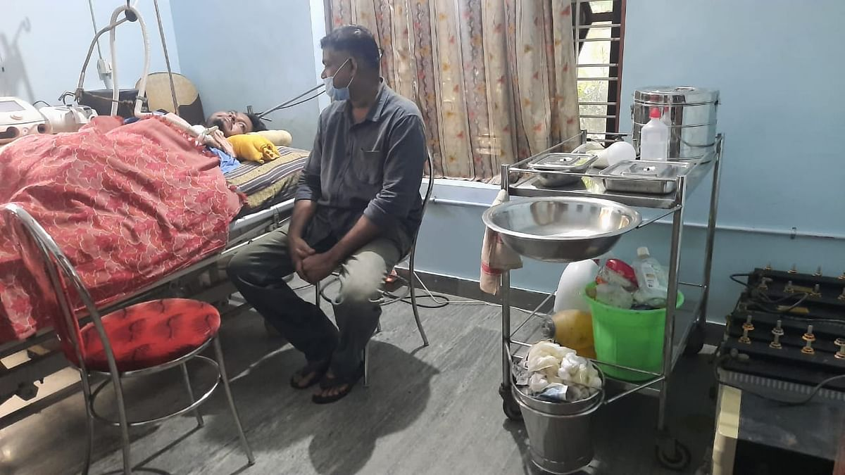 தம்பி லிஜோவை அருகில் இருந்து கவனிக்கும் விபின்