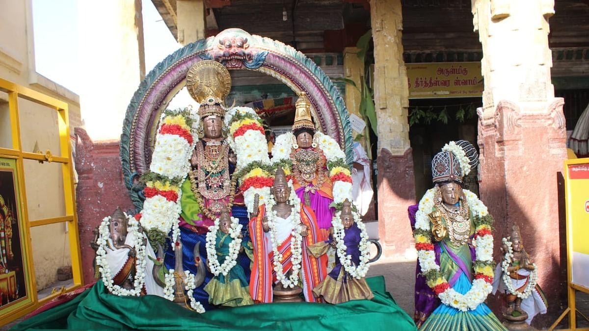 திரிபுரசுந்தரி அம்பாளுடன் உற்சவர் தீர்த்தீஸ்வரர்