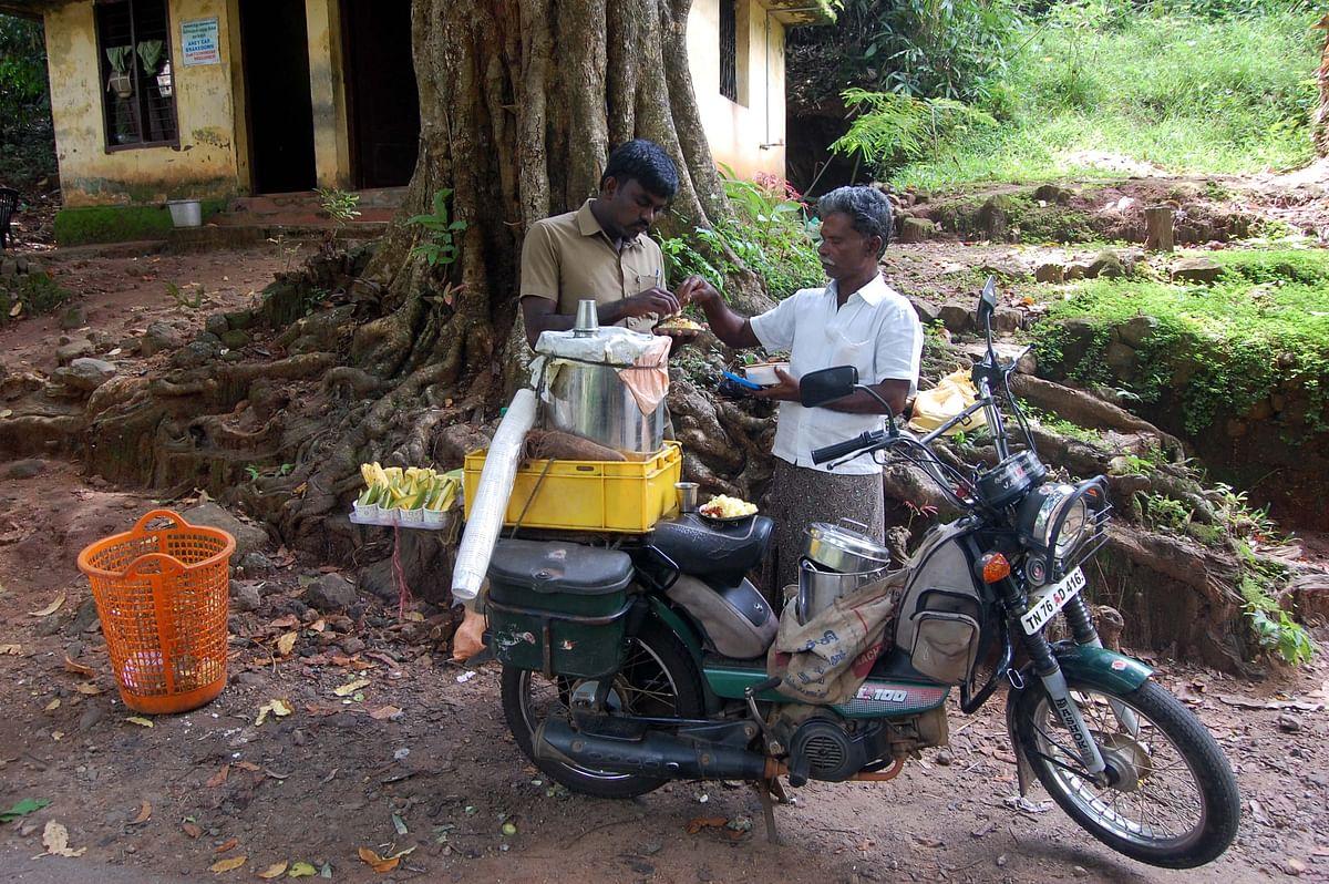 எண்ட்ரன்ஸில் கப்பக்கிழங்கு சுக்குக் காபி செம காம்பினேஷன்