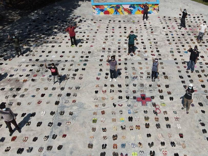 மலேசியா: மியான்மர் அகதிகளுக்காகக் காலணிகள் கொண்டு அறப்போராட்டம் - என்ன நடக்கிறது?