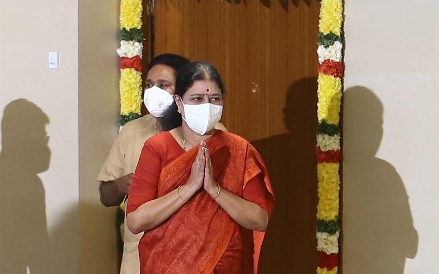 அரசியலிலிருந்து விலகிய சசிகலா: தி.மு.க-வுக்கு லாபமா... நஷ்டமா?