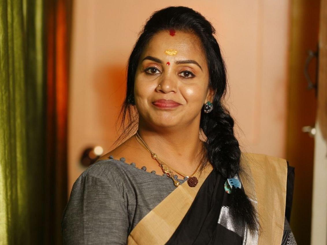 'கீர்த்திமா லவ் யூ ...' - இணையம் மூலம் இதயங்களை வென்ற  'அடிதூள்' ஆன்ட்டி