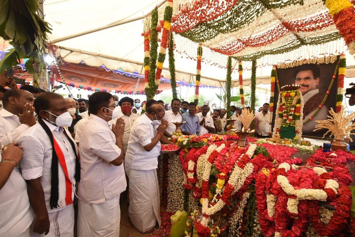நடராசன் சமாதியில் தினகரன்