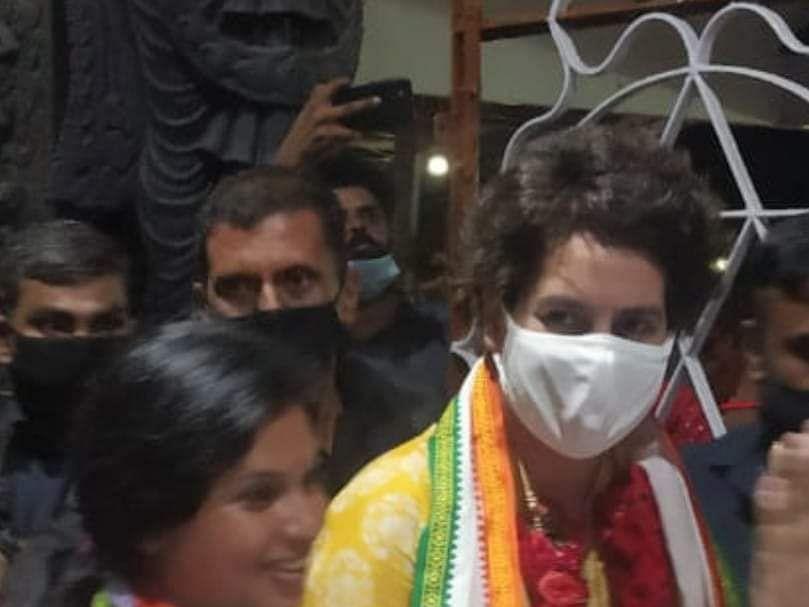 கேரளா: தனது துப்பட்டாவைக் கொடுத்து உதவிய பிரியங்கா காந்தி - நெகிழ்ந்த வேட்பாளர்!