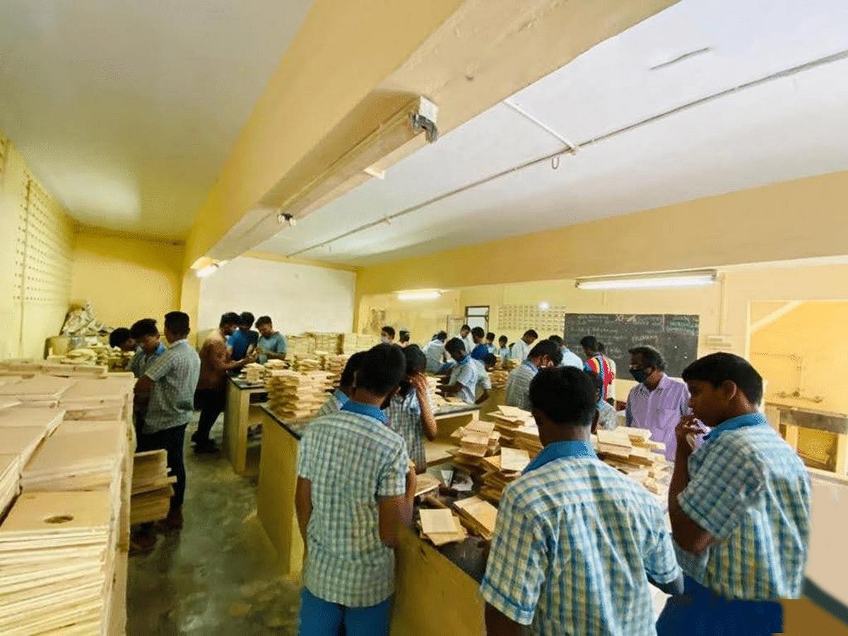 சிட்டுக்குருவிகளுக்காக கூடு தயாரிக்கும் மாணவர்கள்