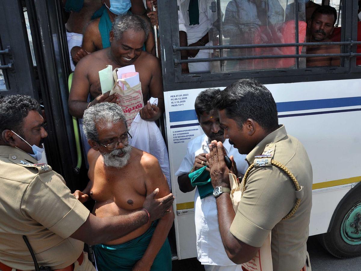 கரூர்: `நிர்வாணமாகத்தான் வேட்புமனுத் தாக்கல் செய்வோம்!' - நூதனமாக எதிர்ப்பைப் பதிவுசெய்த விவசாயிகள்