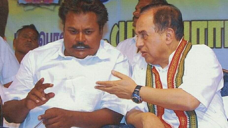 சுப்ரமணியன் சுவாமியுடன் சசிக்குமார்