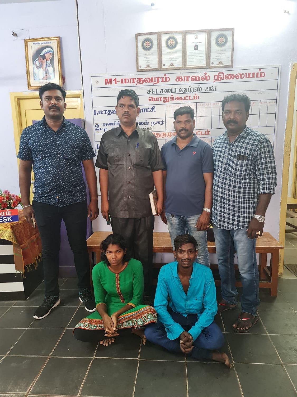 கைதானவர்களுடன் போலீஸ் இன்ஸ்பெக்டர் கிருஷ்ணமூர்த்தி மற்றும் போலீஸார்