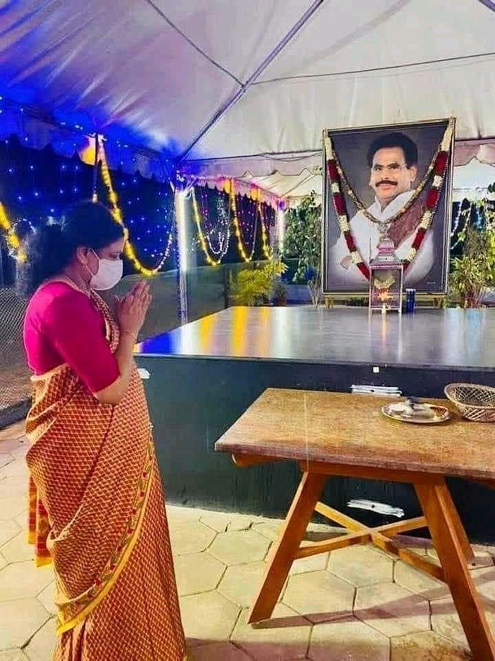 கணவர் சமாதியில் சசிகலா