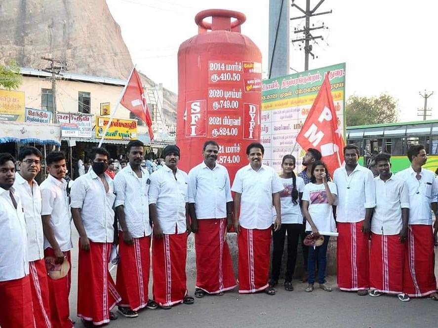 மதுரை : பிரமாண்ட காஸ் சிலிண்டர் வைத்து தேர்தல் பரப்புரை - கவனத்தை ஈர்க்கும் மார்க்சிஸ்ட் வேட்பாளர்