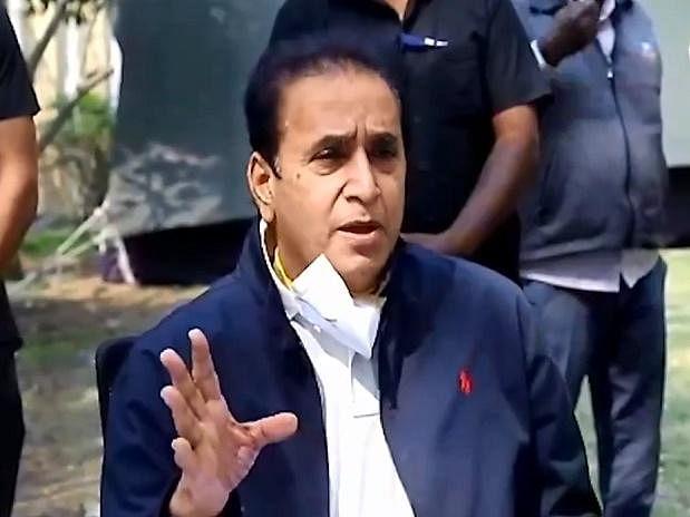 மகாராஷ்டிரா: ரூ 100 கோடி லஞ்சப் புகார்; தப்பித்த உள்துறை அமைச்சர் - ஆட்சியைக் கலைக்க பாஜக முயற்சி