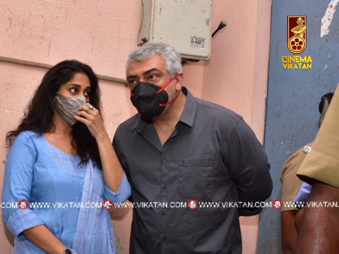 நடிகர் அஜித் குமார் தமது மனைவி ஷாலினியுடன் வாக்களித்தார்