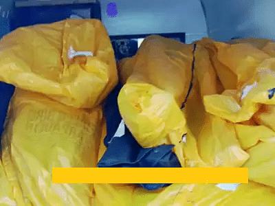 கொரோனா: ஓரே ஆம்புலன்ஸில் 22 உடல்கள் - மூட்டைகளைப் போலக் குவித்து எரிக்க எடுத்துச் சென்ற அவலம்