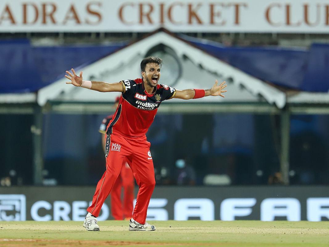 IPL 2021: `யார் சாமி இவன்?' - ஒரே ஸ்பெல்லில் ஆர்சிபியின் வரலாற்றையே மாற்றிய ஹர்ஷல் படேல்!