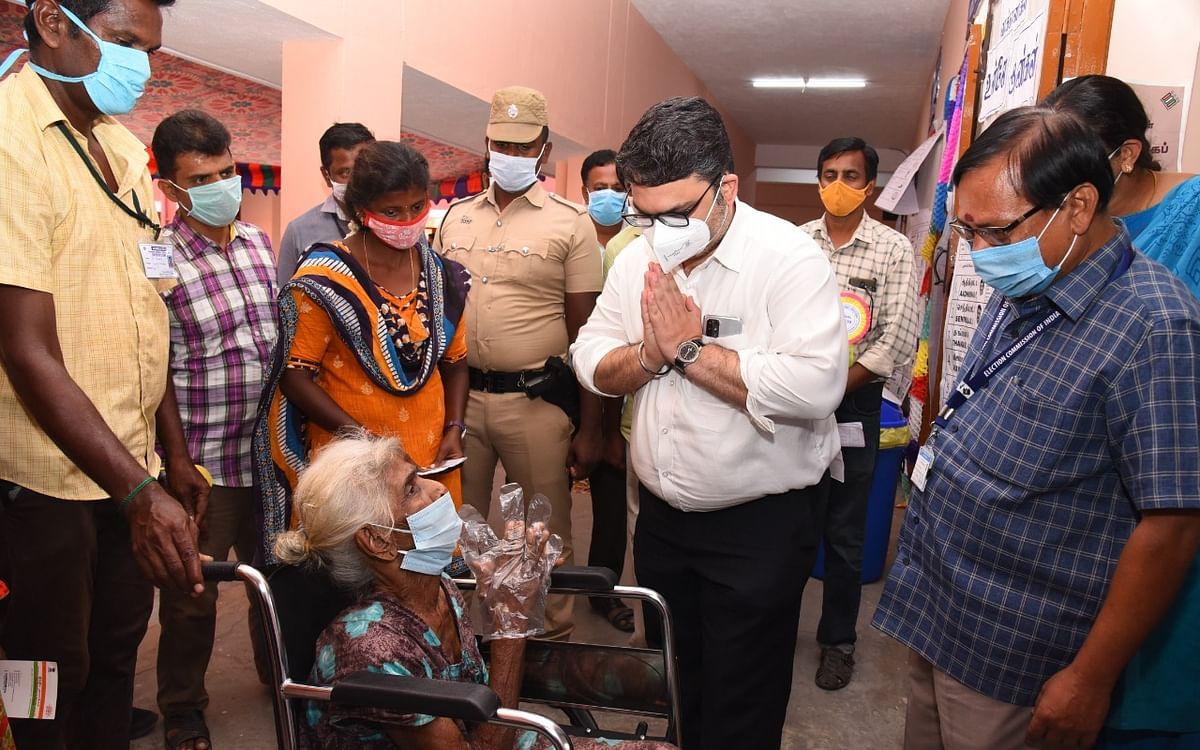கரூர்: வாக்களிக்க வந்த 91 வயது மூதாட்டி... கைகூப்பி வணங்கிய மாவட்ட ஆட்சியர்!