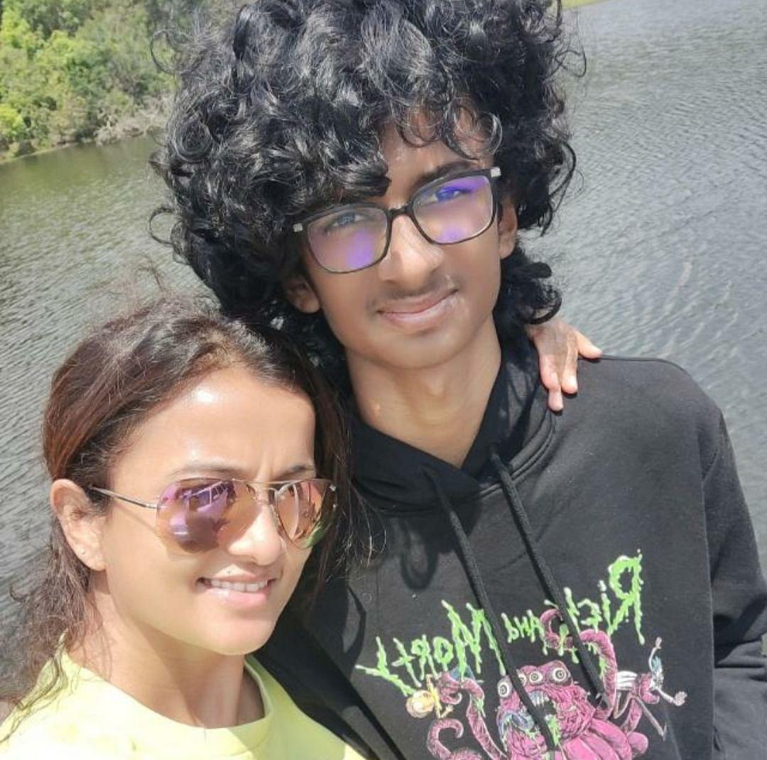 மகனுடன் கிருத்திகா