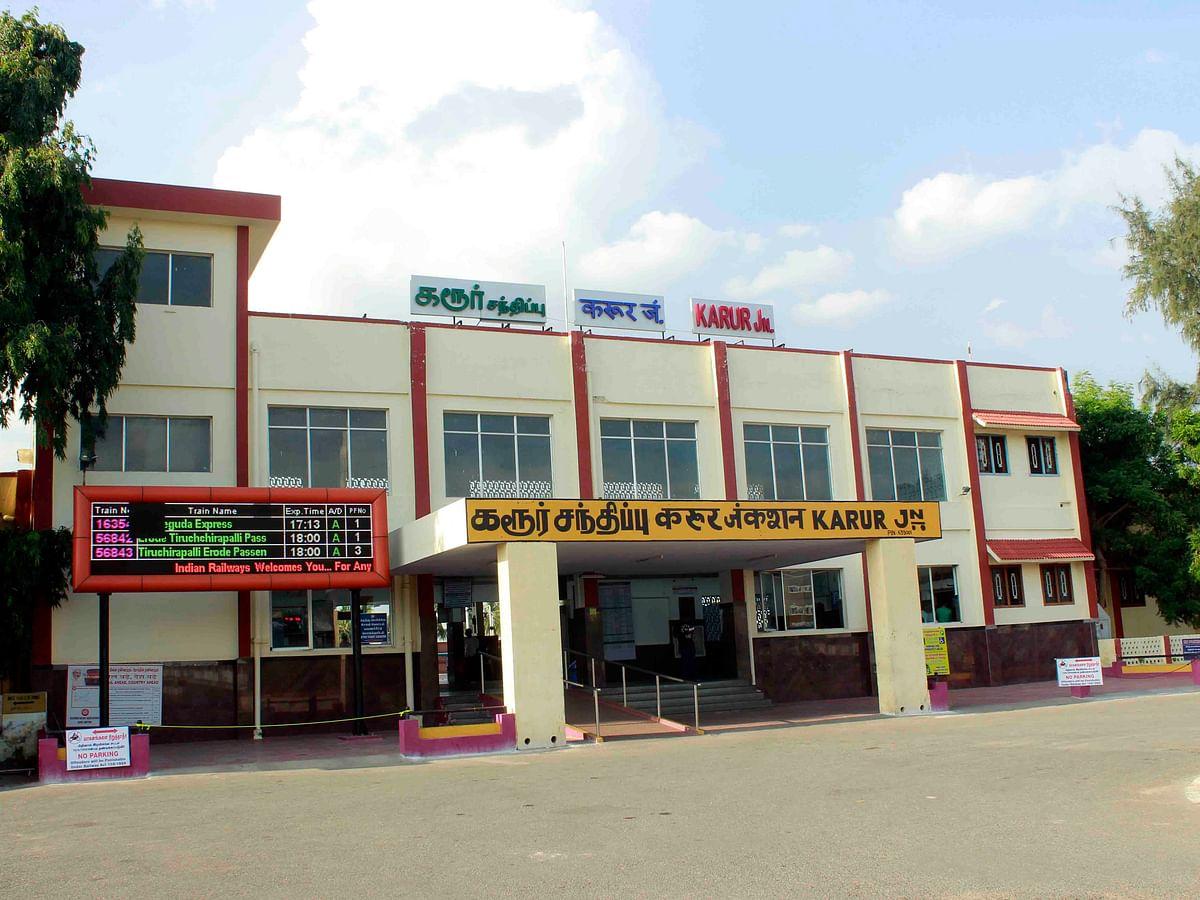 கரூர்: 'ஹலோ, வங்கி தலைமை அதிகாரி பேசுறேன்!' - இளைஞரிடம் ரூ.32,932 திருடிய மர்ம மனிதர்