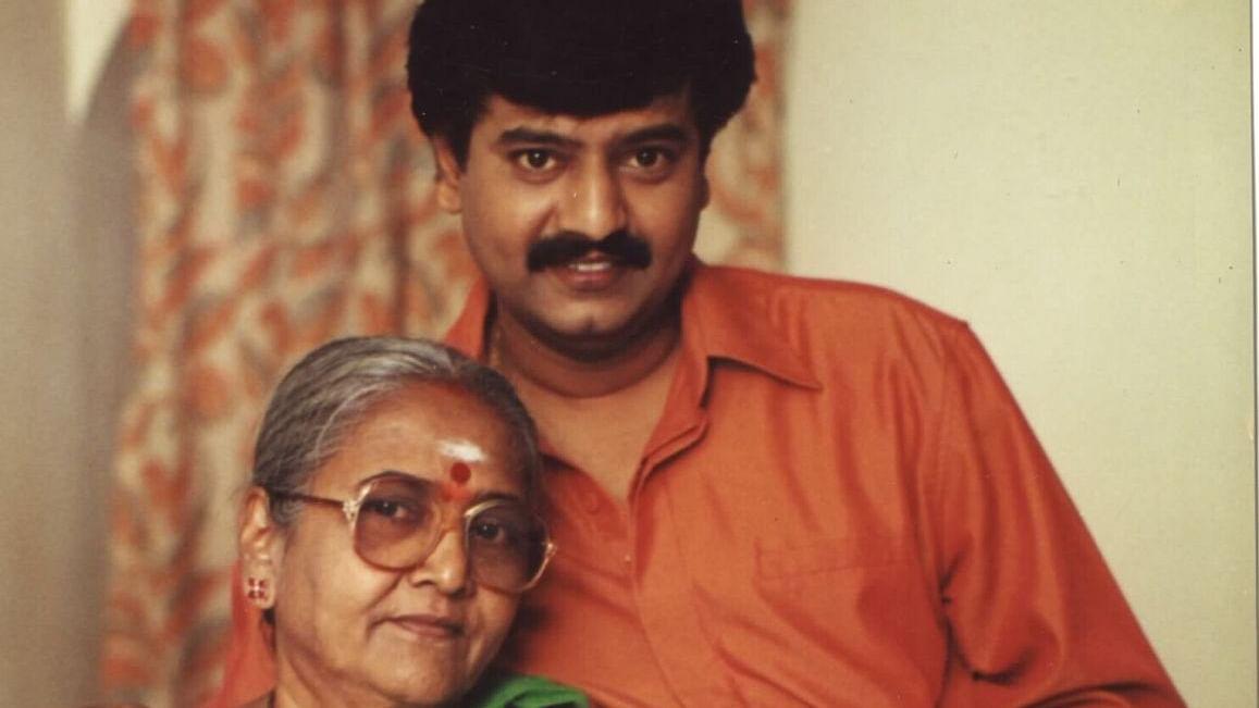 தாயார் மணியம்மாளுடன் நடிகர் விவேக்