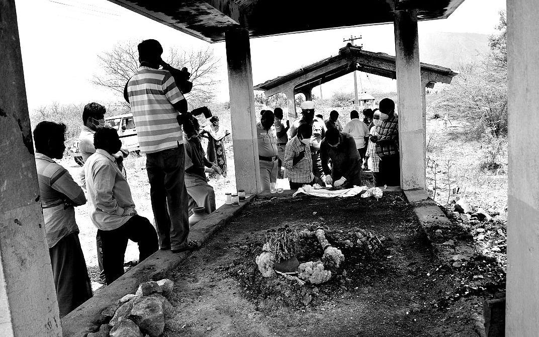 நாமக்கல்: பெண் குழந்தை மர்ம மரணம்! -அவசரமாகப் புதைக்கப்பட்ட சடலத்தை மீட்டு பிரேத பரிசோதனை