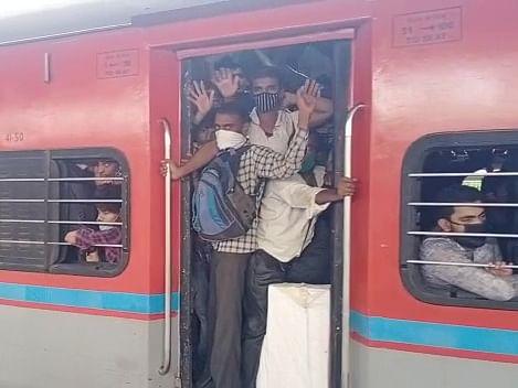 மகாராஷ்டிரா: மீண்டும் லாக்டெளன் அச்சம்... மும்பை, புனேயை காலி செய்யும் புலம்பெயர் தொழிலாளர்கள்