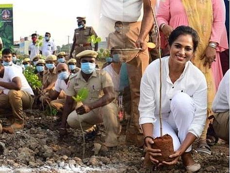 நடிகர் விவேக் நினைவாக 59 மரக்கன்றுகள் நட்ட பிக்பாஸ் ரம்யா பாண்டியன்!