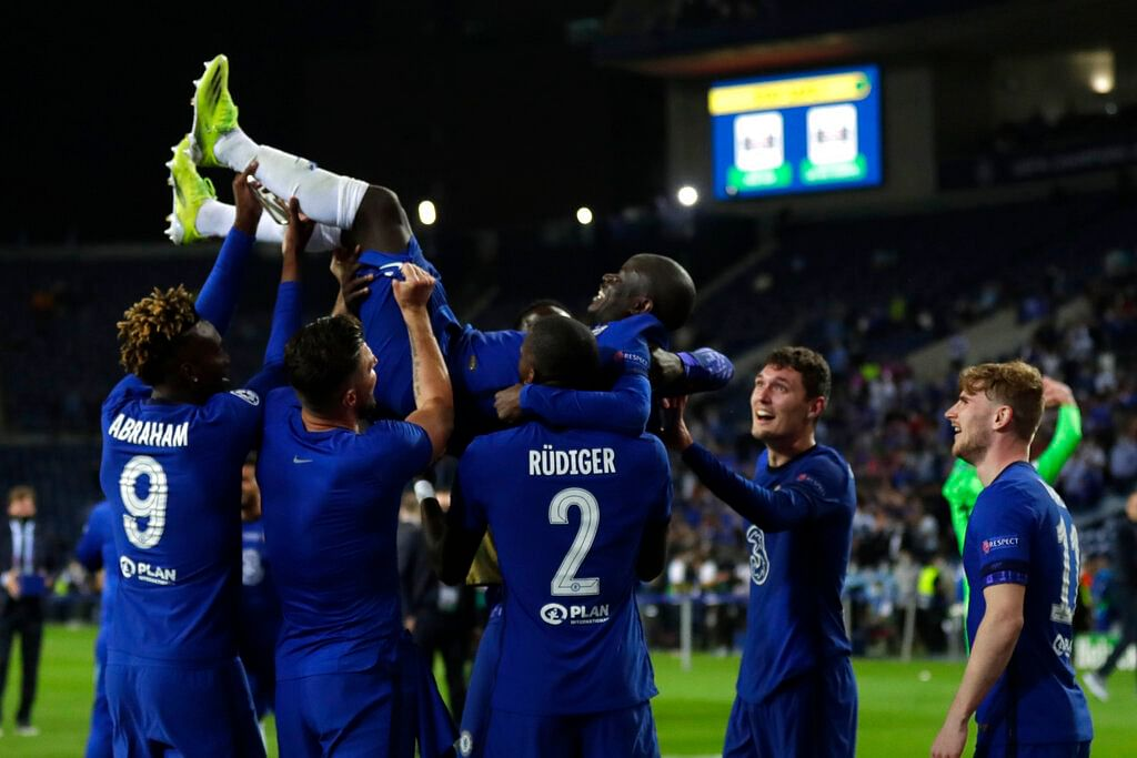 Chelsea players throwing Kante up!