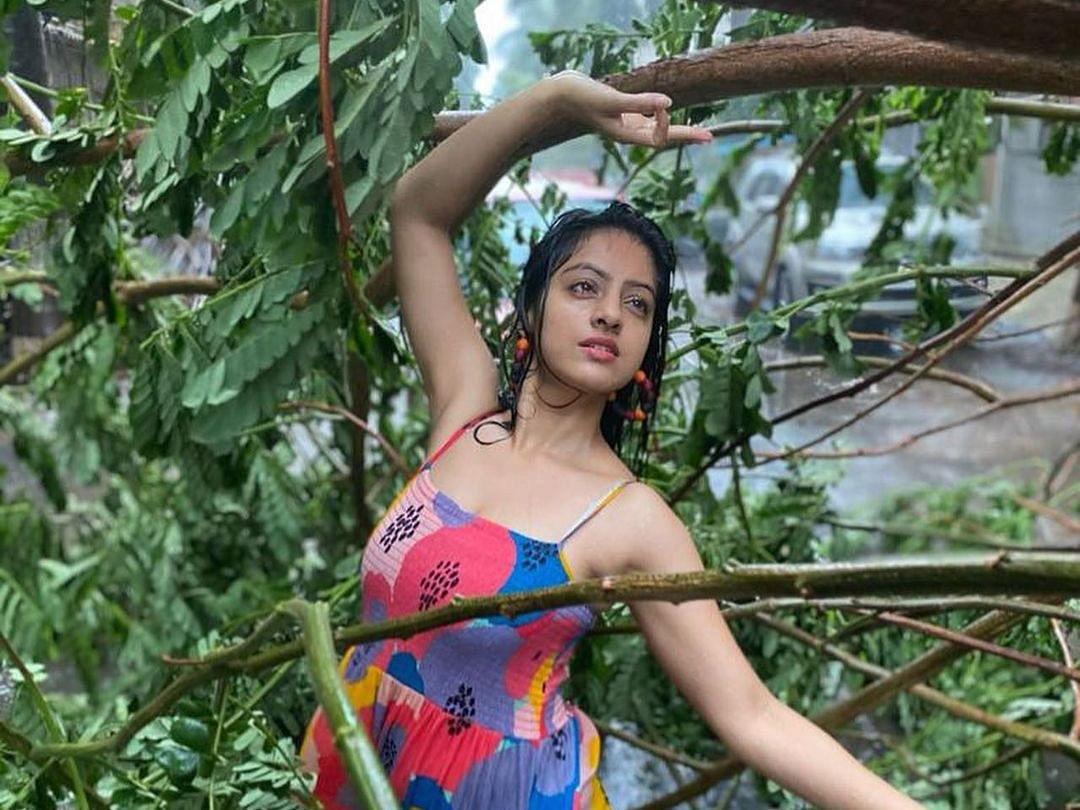 `புயலால் சரிந்த மரத்தின் முன் போட்டோஷூட்டா?' - விமர்சனங்களுக்குள்ளான நடிகையின் இன்ஸ்டா பதிவு!