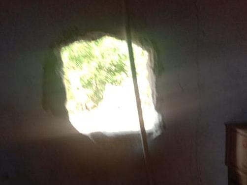 கரூர்: முழு ஊரடங்கு; சுவரில் துளையிட்டு 142 மதுபாட்டில்கள் கொள்ளை - டாஸ்மாக்கில் கைவரிசை