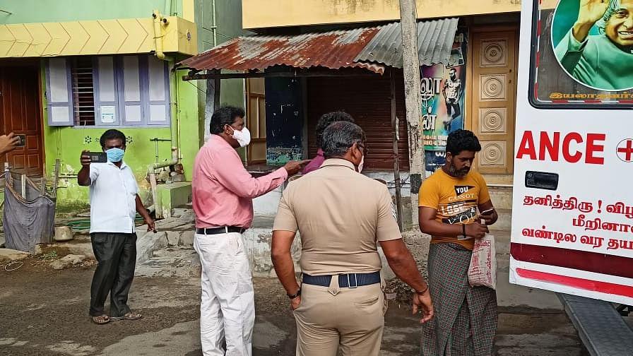 ஆம்புலன்ஸில் ஏறச் சொல்லும்  தாசில்தார் ரவிச்சந்திரன்
