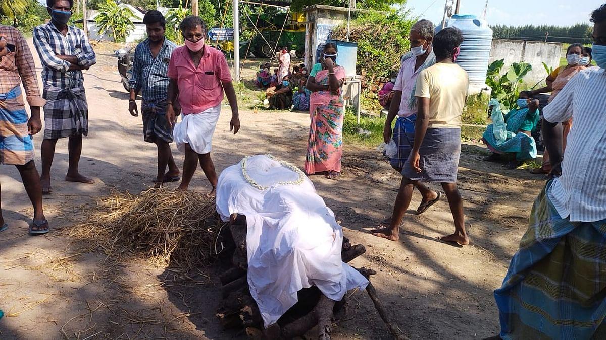 ஊர் மக்கள் எரிப்பதற்கு தயாராக வைத்திருந்த மாதிரி பிணம்.