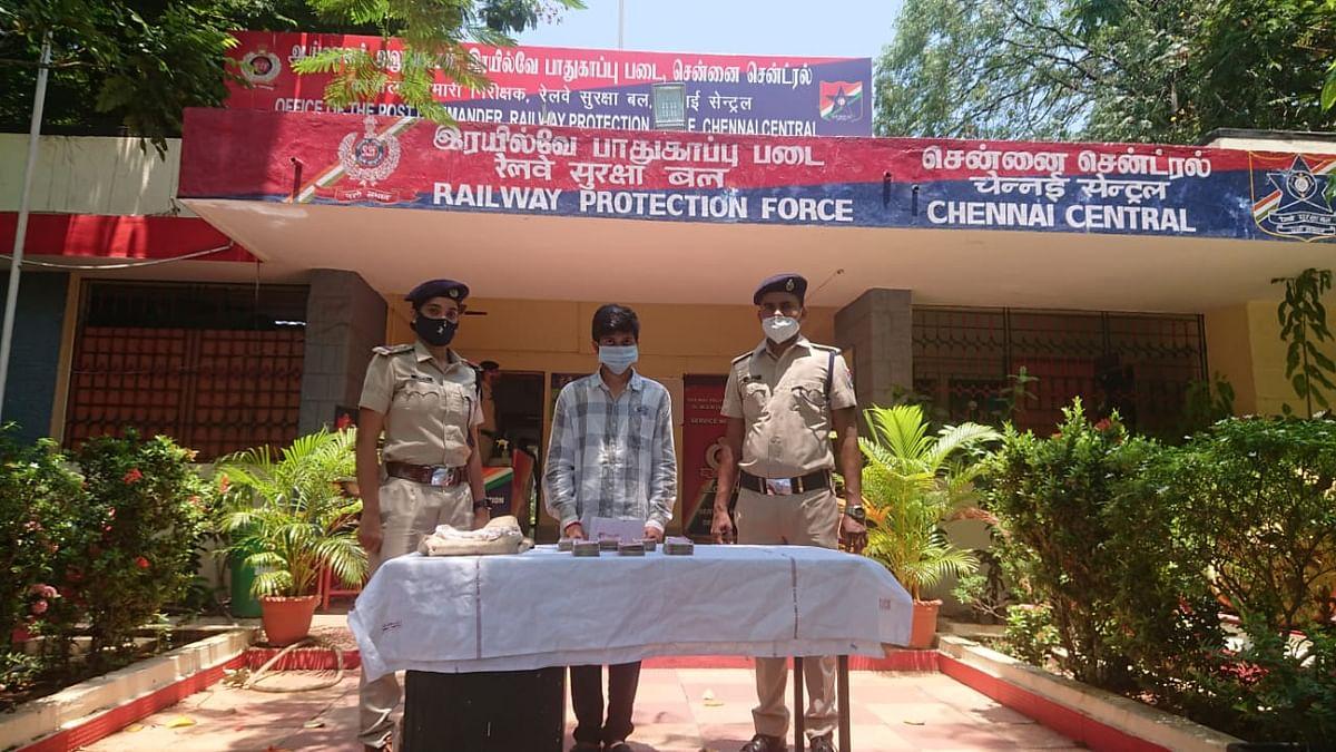 பணத்துடன் இளைஞர் சந்திரசேகர், போலீஸார்