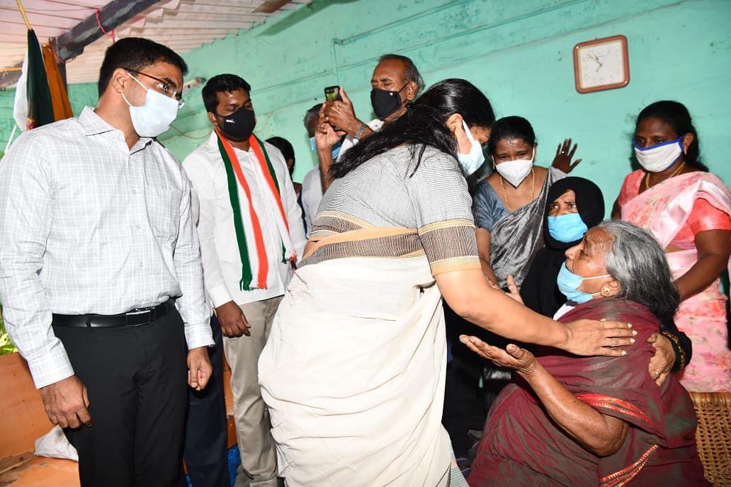 ஜெயராஜ் குடும்பத்தினருக்கு ஆறுதல் கூறும் கனிமொழி