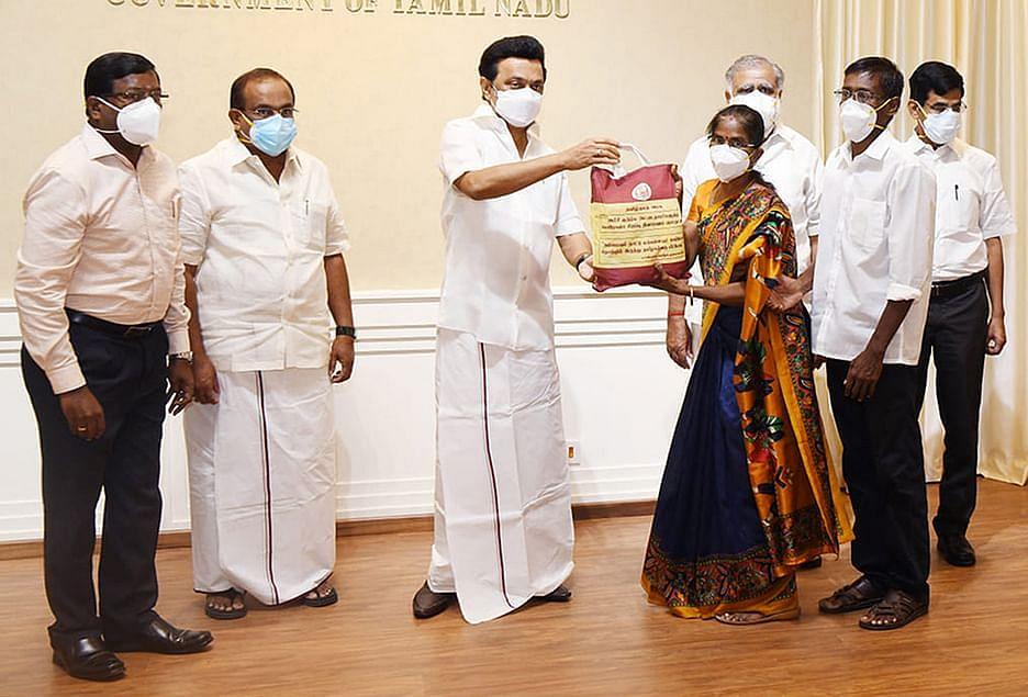கொரோனா நிவாரண மளிகைத் தொகுப்புகளை வழங்கும் முதல்வர் ஸ்டாலின்