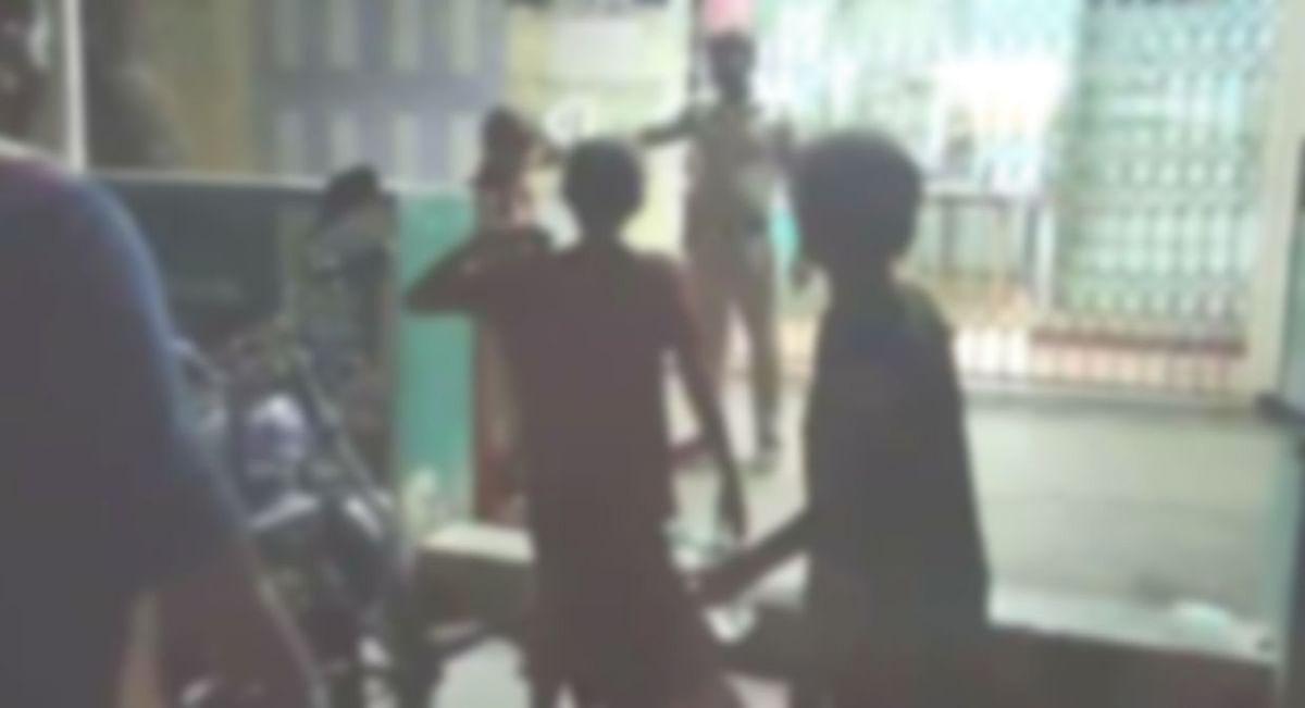 போலீஸாருடன் வாக்குவாதம் செய்த பெண்கள்