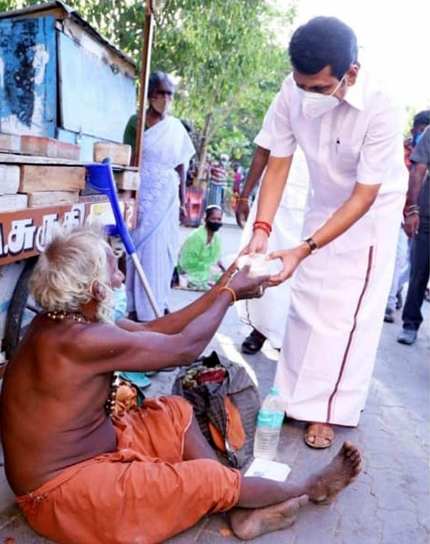 உணவு வழங்கும் செந்தில் பாலாஜி