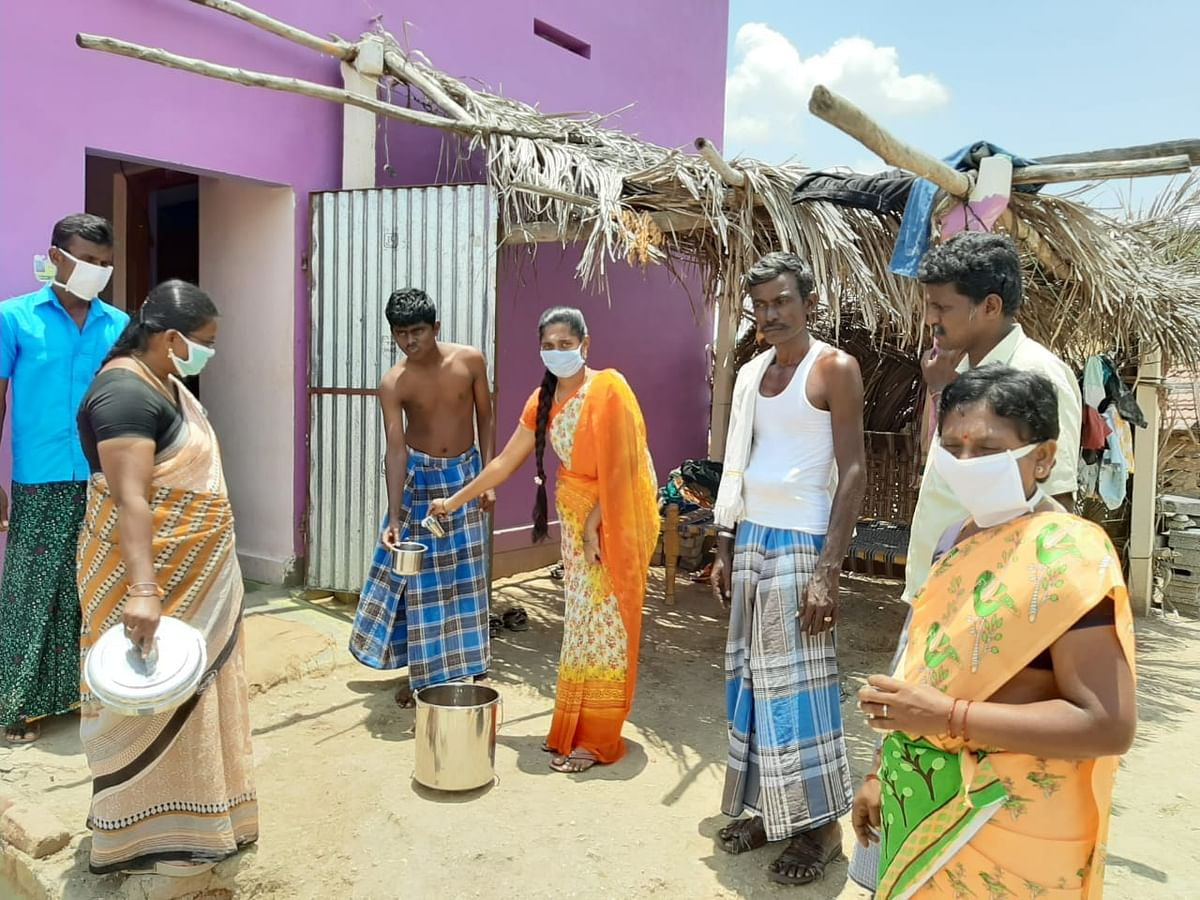கபசுர குடிநீர் கொடுக்கும் இந்துமதி