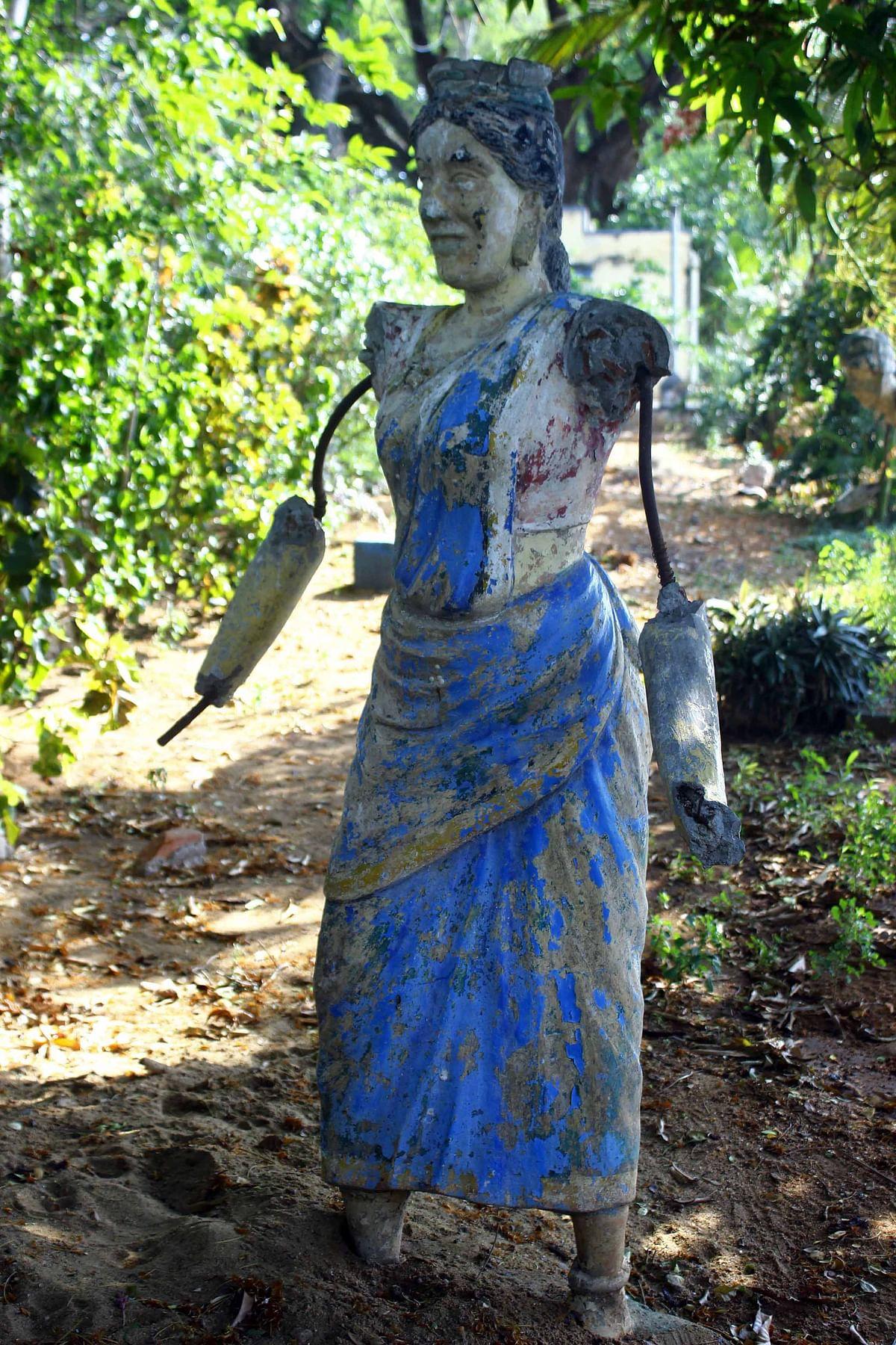 பெண் தொழிலாளி சிலை
