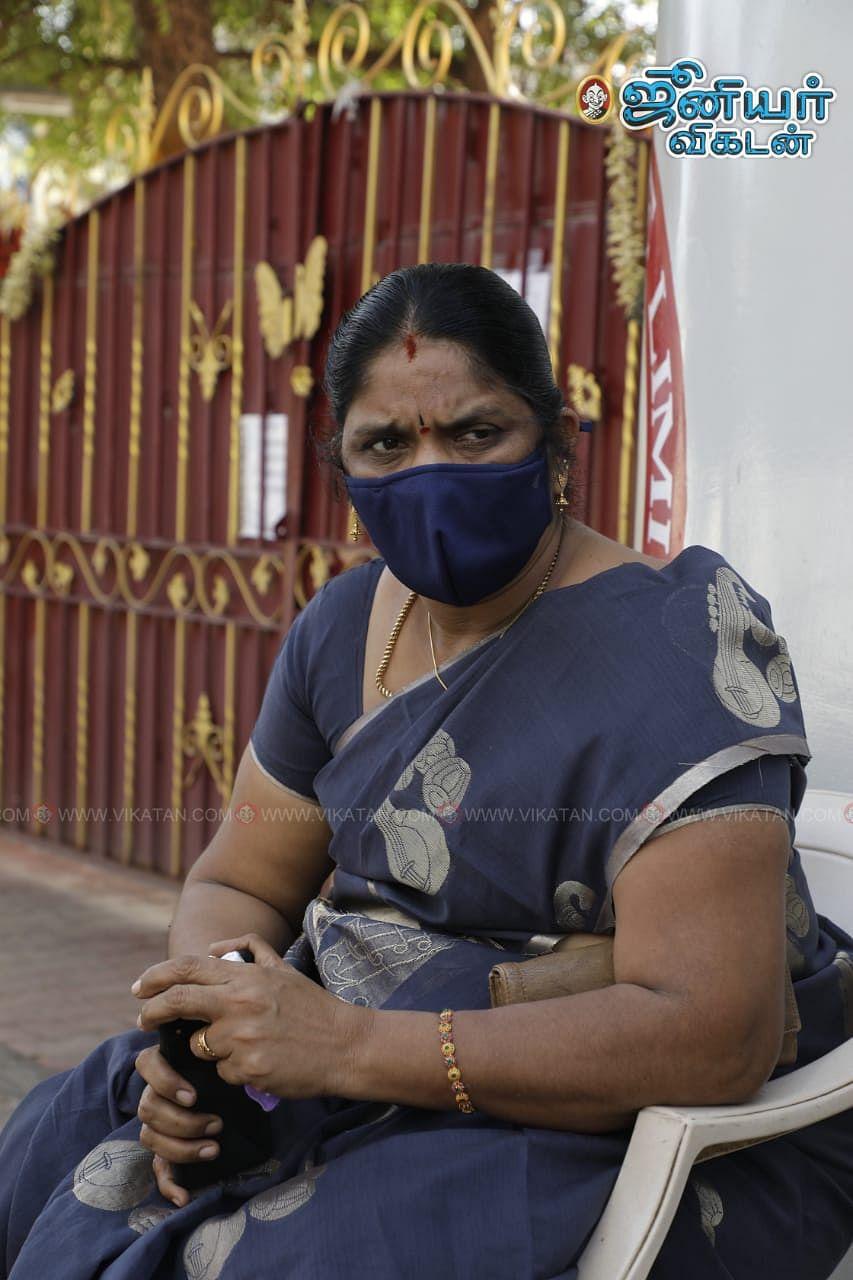 தர்ணா போராட்டத்தில் ஈடுபடும் சிவகாசி ஜெயலட்சுமி
