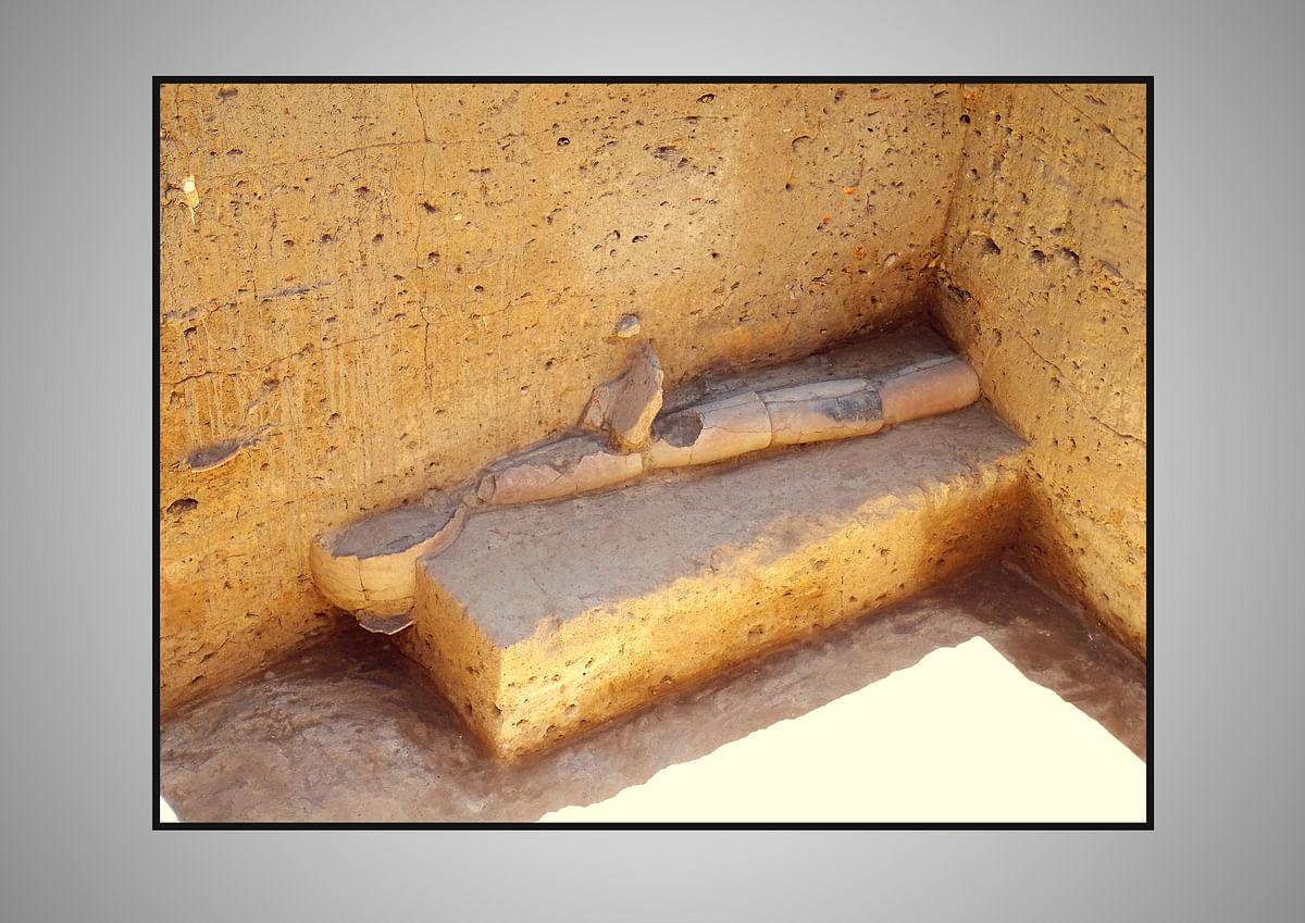கீழடியில் சுட்ட மண்ணால் அமைக்கப்பட்ட வடிகால் குழாய் அமைப்பு